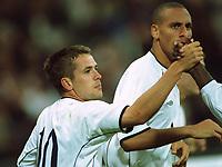 Fotball: Tyskland-England 1-5. München. 01.09.01.<br /><br />1:3 Torjubel Michael OWEN , rechts Rio Ferdinand<br />                     WM-Quali   Deutschland - England  1:5