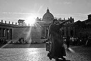 Piazza San Pietro, suore durante il giorno della preghiera per pace in Siria.<br /> Roma, 07 settembre 2013. Daniele Stefanini /  Oneshot