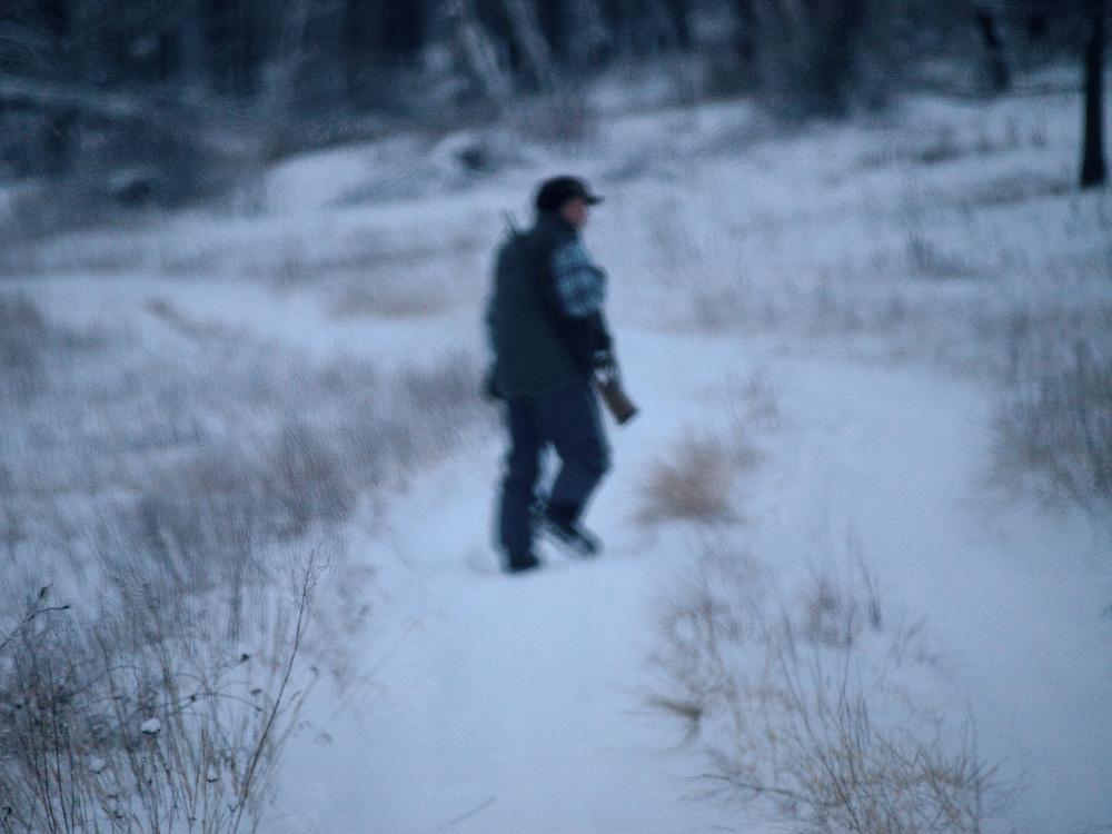 Jaeger waehrend der Jagd am fruehen Morgen in der sibirischen Taiga - ungefaehr 150 Kilometer entfernt von der sibirischen Stadt Jakutsk. Jakutsk hat 236.000 Einwohner (2005) und ist Hauptstadt der Teilrepublik Sacha (auch Jakutien genannt) im Foederationskreis Russisch-Fernost und liegt am Fluss Lena. Jakutsk ist im Winter eine der kaeltesten Grossstaedte weltweit mit bis zu durchschnittlichen Wintertemperaturen von -40.9 Grad Celsius.<br /> <br /> Hunter during an early morning hunting in the Siberian Taiga about 150 km away from the city of Yakutsk. Yakutsk is a city in the Russian Far East, located about 4 degrees (450 km) below the Arctic Circle. It is the capital of the Sakha (Yakutia) Republic (formerly the Yakut Autonomous Soviet Socialist Republic), Russia and a major port on the Lena River. Yakutsk is one of the coldest cities on earth, with winter temperatures averaging -40.9 degrees Celsius.