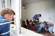 In een kamer wordt de VeloX 7 nagelopen. Het Human Power Team Delft en Amsterdam (HPT), dat bestaat uit studenten van de TU Delft en de VU Amsterdam, is in Senftenberg voor een poging het laagland sprintrecord te verbreken op de Dekrabaan. In september wil het Human Power Team Delft en Amsterdam, dat bestaat uit studenten van de TU Delft en de VU Amsterdam, tijdens de World Human Powered Speed Challenge in Nevada een poging doen het wereldrecord snelfietsen voor vrouwen te verbreken met de VeloX 7, een gestroomlijnde ligfiets. Het record is met 121,44 km/h sinds 2009 in handen van de Francaise Barbara Buatois. De Canadees Todd Reichert is de snelste man met 144,17 km/h sinds 2016.<br /> <br /> In a hotel room the VeloX 7 is being checked. The Human Power Team is in Senftenberg, Germany to race at the Dekra track as a preparation for the races in America. With the VeloX 7, a special recumbent bike, the Human Power Team Delft and Amsterdam, consisting of students of the TU Delft and the VU Amsterdam, also wants to set a new woman's world record cycling in September at the World Human Powered Speed Challenge in Nevada. The current speed record is 121,44 km/h, set in 2009 by Barbara Buatois. The fastest man is Todd Reichert with 144,17 km/h.