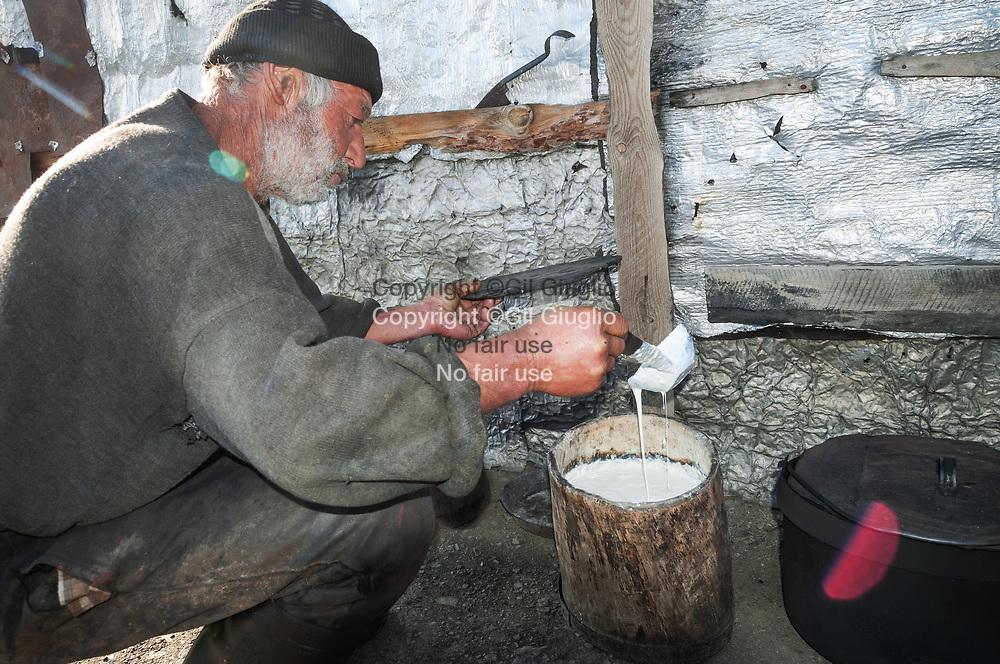 Georgie,, région Tucheti , préparation petit lait de brebis par bergers touches dans bergerie à 2300 mètres, vallée autour du village d'Omalo (région classée au Patrimoine de l'Unesco) //  Georgia,  Tucheti region, Tuchs shepperd at 2300 meters, valley arounf Omalo village, (region at the World Heritage of Unesco)