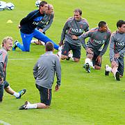 NLD/Katwijk/20110808 - Training Nederlands Elftal voor duel Engeland - Nederland, opwarming, Khalid Boulahrouz, Nigel de Jong, Dirk Kuyt, Joris Matthijsen, Hedwiges Maduro, Kevin Strootman, Arjan Robben