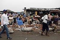 26 SEP 2006, KINSHASA/CONGO:<br /> Strassenszene mit Marktstaenden an denen Kartoffeln / Feldfruechte verkauft werden, einer Strasse von Kinshasa<br /> IMAGE: 20060926-01-046<br /> KEYWORDS: Stassenszene, Handel, Haendler, Verkauf, Bevoelkerung, Bevölkerung, Afrika, Africa
