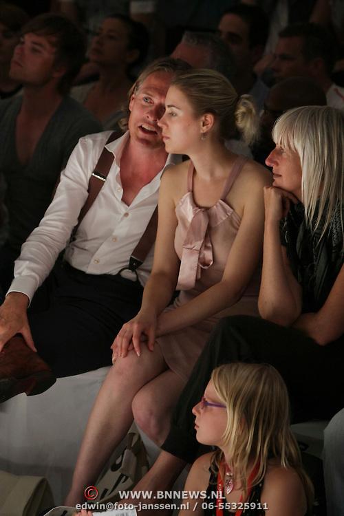 NLD/Amsterdam/20080726 - Modeshow Blue Blood tijdens de AIFW 2008, Jort Kelder in gesprek met een dame