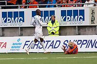 Fotball, <br /> 25.04.2011 , <br /> Tippeligaen  ,<br /> Eliteserien ,<br /> Aalesund FK - Sogndal 1-0 ,<br /> Color line stadion ,  <br /> Fredrik carlsen - aalesund<br /> Skadety i skulder<br /> Ayhee aye Elvis - sogndaL<br /> Foto: Richard brevik , Digitalsport