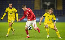 Joakim Mæhle (Danmark) rykker fra Mattias Johansson (Sverige) under venskabskampen mellem Danmark og Sverige den 11. november 2020 på Brøndby Stadion (Foto: Claus Birch).