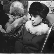 1992-december. Rusland-Moskou.<br /> Metro, vrouwen in bontkleding.<br /> Foto: Sake Elzinga