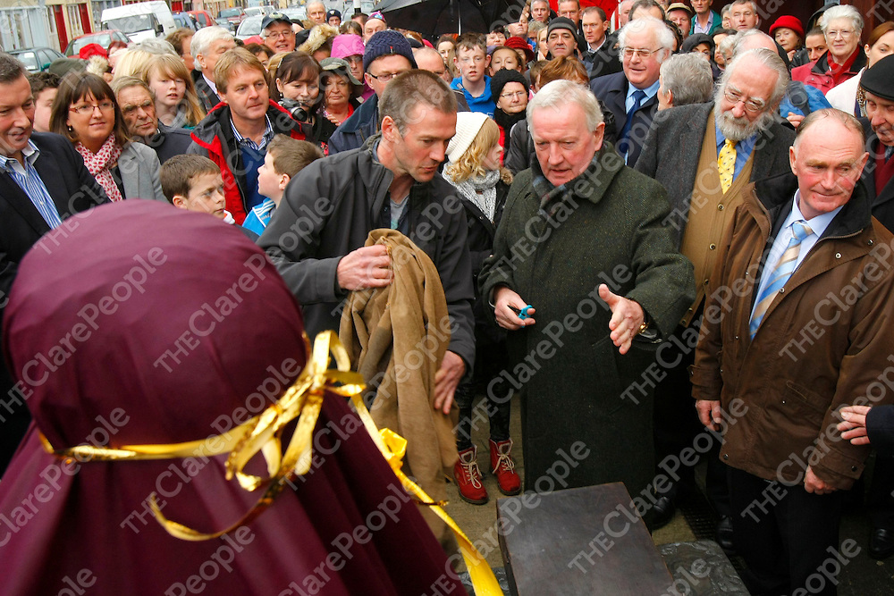 09/11/2013<br /> Piper Liam O'Flynn and sculptor Shane Gilmore prepare for the unveiling of a Monument to Willie Clancy on Main Street, Miltown Malbay.<br /> Picture: Don Moloney / Press 22