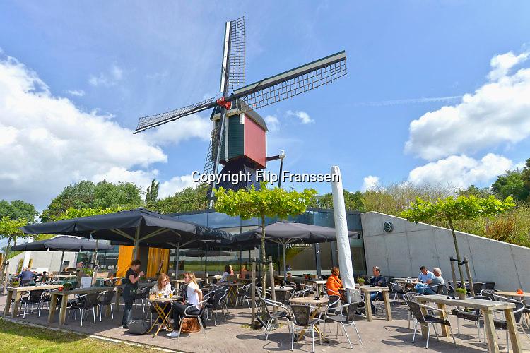 Nederland, Persingen, 6-7-2016Thornse Molen in volle glorie hersteld . In de oorlog, wo2, 2e wereldoorlog werd hij in puin geschoten tijdens de bevrijding van de ooijpolder en nijmegen er wordt weer graan gemalen .  Er is een terras en horeca gelegenheid waar dagjesmensen en fietsers en wandelaars kunnen rustenFOTO: FLIP FRANSSEN