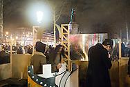 """""""Nuit Debout"""", cinquième nuit consécutive Place de la République à Paris, lundi 4 avril 2016. Les étudiants des Beaux-Arts construisent un château fort avec des matériaux de récupération et de grandes bâches tendues aux arbres de la place."""