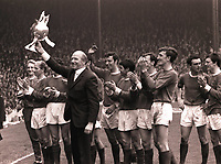 Fotball<br /> England historie<br /> Foto: Colorsport/Digitalsport<br /> NORWAY ONLY<br /> <br /> SIR MATT BUSBY, MAN UTD MANAGER, JOINS PLAYERSIN CELEBRATINGWITH THE FOOTBALL LEAGUE CHAMPIONSHIP TROPHY.  MANCHESTER UNITED v STOKE CITY, 13/5/67.