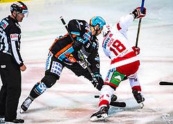 06.03.2020, Keine Sorgen Eisarena, Linz, AUT, EBEL, EHC Liwest Black Wings Linz vs EC KAC, Viertelfinale, 2. Spiel, im Bild v.l. Rick Schofield (EHC Liwest Black Wings Linz), Thomas Koch (EC KAC) // during the Erste Bank Eishockey League 2nd quarterfinal match between EHC Liwest Black Wings Linz and EC KAC at the Keine Sorgen Eisarena in Linz, Austria on 2020/03/06. EXPA Pictures © 2020, PhotoCredit: EXPA/ Reinhard Eisenbauer