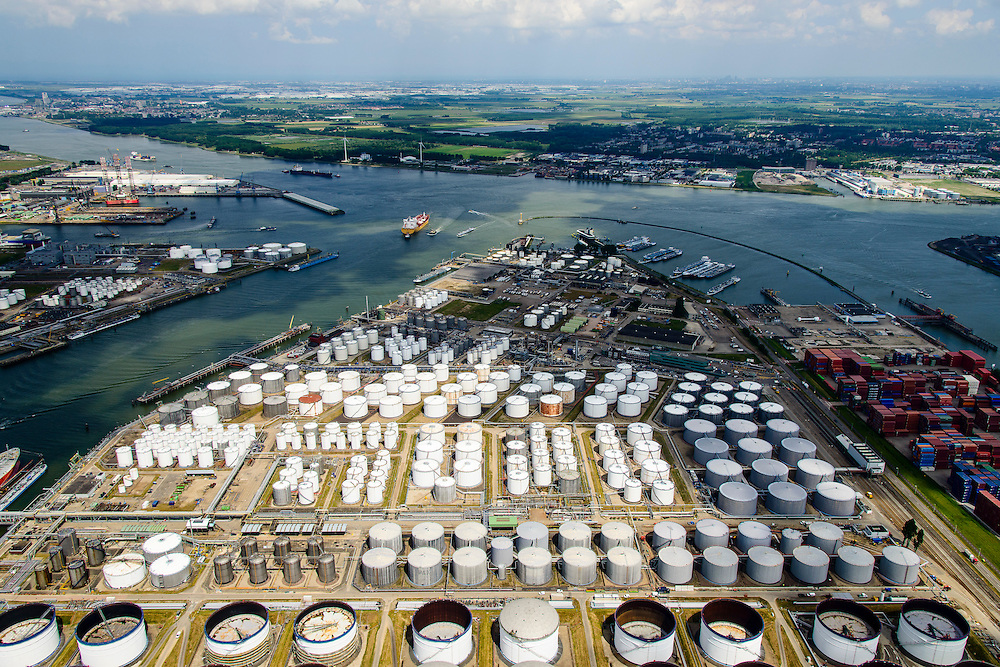 Nederland, Zuid-Holland, Rotterdam, 10-06-2015; rivier Het Scheur  met links 3e  Petroleumhaven  en Geulhaven rechts. Odfjell Terminals Rotterdam in de voorgrond.<br /> Petroleum harbour and terminals for storage of oil and chemicals.<br /> luchtfoto (toeslag op standard tarieven);<br /> aerial photo (additional fee required);<br /> copyright foto/photo Siebe Swart