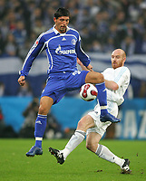 Vennskapskamp Friendly<br /> Gelsenkirchen<br /> FC Schalke 04 - Zenit St. Petersburg<br /> 20.01.07<br /> Erik Hagen - Norge - i duell med Kevin Kuranyi<br /> DIGITALSPORT / NORWAY ONLY