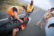 Todd Reichert komt aan na de eerste avondrun. In Battle Mountain (Nevada) wordt ieder jaar de World Human Powered Speed Challenge gehouden. Tijdens deze wedstrijd wordt geprobeerd zo hard mogelijk te fietsen op pure menskracht. Het huidige record staat sinds 2015 op naam van de Canadees Todd Reichert die 139,45 km/h reed. De deelnemers bestaan zowel uit teams van universiteiten als uit hobbyisten. Met de gestroomlijnde fietsen willen ze laten zien wat mogelijk is met menskracht. De speciale ligfietsen kunnen gezien worden als de Formule 1 van het fietsen. De kennis die wordt opgedaan wordt ook gebruikt om duurzaam vervoer verder te ontwikkelen.<br /> <br /> In Battle Mountain (Nevada) each year the World Human Powered Speed Challenge is held. During this race they try to ride on pure manpower as hard as possible. Since 2015 the Canadian Todd Reichert is record holder with a speed of 136,45 km/h. The participants consist of both teams from universities and from hobbyists. With the sleek bikes they want to show what is possible with human power. The special recumbent bicycles can be seen as the Formula 1 of the bicycle. The knowledge gained is also used to develop sustainable transport.