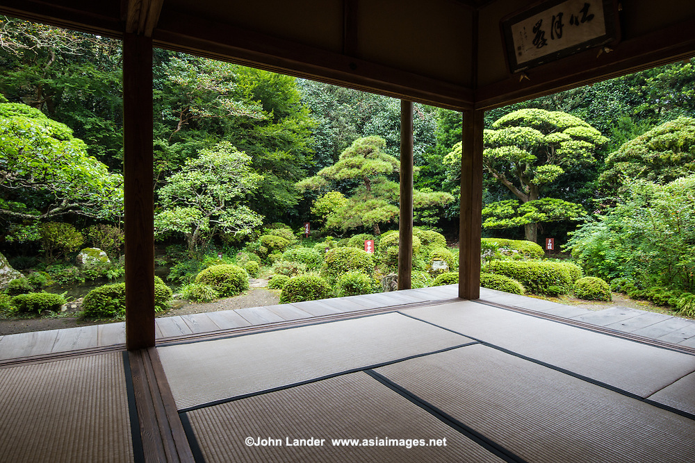 Togeppo Saioku-ji Temple was cherished by the poet, Socho who spent his final years at the hermitage here.  The temple's garden incorporates the scenery of Tenchuuzan and Maruko Fuji. Togeppo is designated as a national scenic spot and historic site of Japan.