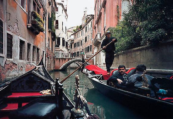 Italie, Venetie, 8-3-2008Gondels passeren elkaar in een kanaal.Foto: Flip Franssen
