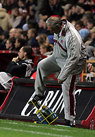 Fotball<br /> Foto: SBI/Digitalsport<br /> NORWAY ONLY<br /> 27.10.2004<br /> Carling Cup 3 runde<br /> <br /> Charlton v Crystal Palace<br /> <br /> Charlton's manager Alan Curbishley gets his foot caught in a water bottle cage.