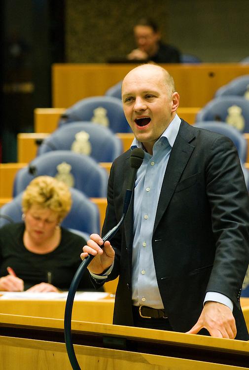 Nederland, en Haag, 26  jan 2010.Debat in de Tweede Kamer over Natura 2000 .Boris van der Ham, d66, aan de interruptiemicrofoon in de tweede kamer..Foto (c) Michiel Wijnbergh..
