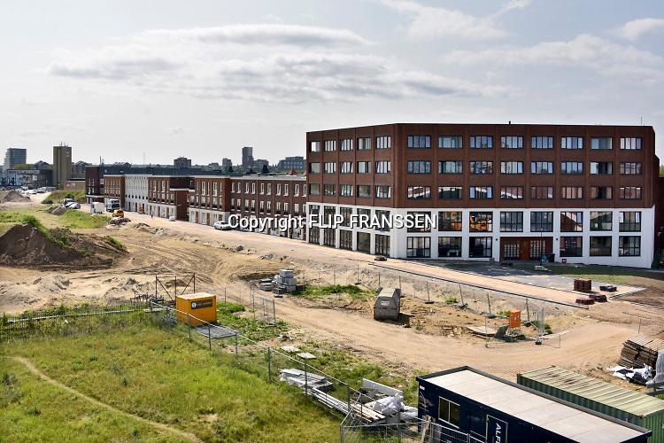 Nederland, Nijmegen, 4-6-2019 Nieuwbouw op het voormalig bedrijventerrein in Nijmegen West, het Waalfront . Deze huizen en appartementen hebben uitzicht op de Waal. Statenkwartier . In dit gebied liggen ook de voormalige Honig fabriek en het slachthuis waar op termijn ook woningen zullen komen. Nieuwbouw op voormalige oude bedrijfsterreinen die te dicht bij de stad lagen. Foto: Flip Franssen