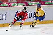 Lino Martschini (SUI) gegen Linus Klasen (SWE) im Testspiel zwischen der Schweiz und Schweden, am Mittwoch, 09. April 2014, in der Diners Club Arena Rapperswil-Jona. (Thomas Oswald)