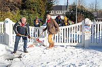 BLOEMENDAAL  - Winter 2021.  Enkele vrijwillers proberen met man en de entree  van hockeyclub Bloemendaal sneeuwvrij te maken.   COPYRIGHT  KOEN SUYK