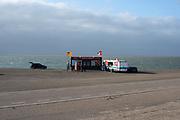 Kibbeling snackkraam aan het Noordzeestrand, Brouwersdam, Goeree-Overflakkee.