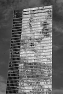New York , reflection of the sky and clouds on WTC 7, a mirror tower . reflet sur un building