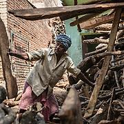 Balwann, immigré Bangladais prépare le bois pour les buchers depuis plus de 30 ans.