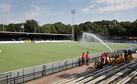 AMSTELVEEN - Het sproeien van het kunstgras waterveld van het Wagener Hockeystadion.  Het Nederlandse vrouwen hockeyteam speelt donderdag een oefeninterland tegen Spanje (1-1) in het Wagenerstadion in Amstelveen. De Europese kampioenschappen hockey vinden plaats van 22 tot en met 30 augustus in Amstelveen. ANP XTRA KOEN SUYK