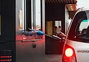 Klant betaalt bij een McDrive in Zuid Holland. Tijdens de corona lockdown moet men minimaal anderhalve meter afstand houden van elkaar.