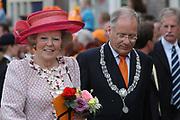 On Queensday, april 30th the Queen attends the celebrations of Queensday in Scheveningen near the Hague.<br /> This is her 25th jubilee.<br /> <br /> Op Koninginnedag, 30 april, is de Koningin  's Middags aanwezig metn en haar familie het koninginnedagfeest mee te vierten in Scheveningen.<br /> <br /> On The photo / On the Photo;<br /> <br /> Queen Beatrix and the Major / Koningin Beatrix aen de burgemeester