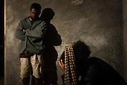 Les hommes prononcent la Parole d'humilité de respect pour le défunt en évoquant les souvenirs et le retour de l'Être vers les esprits. Ils affirment également l'accompagnement et le soutien du clan allié au clan paternel pour les grandes cérémonies coutumières qui suivront. - Tribu de Tendo - Hienghene - Nouvelle Calédonie - Aout 2013