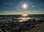 Zachód słońca nad Morzem Bałtyckim. Widok z falochronu w Rowach