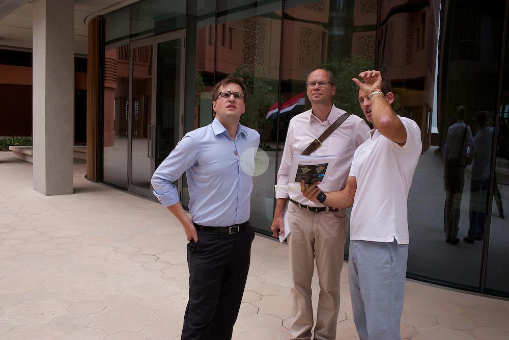 Masdar City. ASIEN, VEREINIGTE ARABISCHE EMIRATE, EMIRAT ABU DHABI, ABU DHABI, 14.04.2011: SPIEGEL-Korrespondent Alexander Smoltczyk (Mitte) im Gespraech mit den Architekten Juergen Haepp (links) und Austin Relton, auf dem Campus des Masdar Institutes . Die Wu?stenstadt Masdar sollte das Silicon Valley fu?r nachhaltige Technologien werden. 2006 rief Scheich Mohammad Bin Zayed al-Nahyan, Kronprinz von Abu Dhabi, das Projekt ins Leben. Die Fertigstellung des Projekts wird sich verzoegern: statt wie geplant 2016 wird die Oekostadt fruehestens 2025 fertig.. - Stichworte: Nachhaltigkeit, Masdar, City, Emirat, Vision, Zukunft, Arabien, Stadt, Oekologie, Gruen, Planung, Foster, Architekt, Wueste, Umwelt, Technik, Universitaet, Alexander, Smoltczyk, Gespraech, Interview, Juergen, Haepp, Austin, Relton