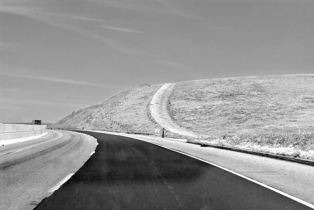 USA,Vereinigte Staaten von Amerika, Kalifornien - Straßenverlauf des HW 99 entlang einer kahlen Landschaft  |  USA ,United States,United States of America, California , highway HW 99 runs through landscape with an country site road |