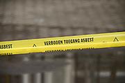 Nederland, Huissen, 4-1-2014Tijdens noodweer zijn enkele dakplaten, golfplaten van asbesthoudend eternit van een schuur geblazen. Een sloopbedrijf heeft een afzettingslint gespannen.Foto: Flip Franssen/Hollandse Hoogte
