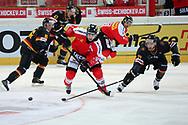 Reto Suri (CH) gegen Nikolai Goc (DE) im Testspiel zwischen der Schweiz und Deutschland, am Samstag, 27. April 2013, in der Diners Club Arena Rapperswil-Jona. (Thomas Oswald)