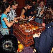 24 Uurs dansmarathon dansschool hans van Schaik Huizen, broodje worden uitgedeeld door de Rabobank