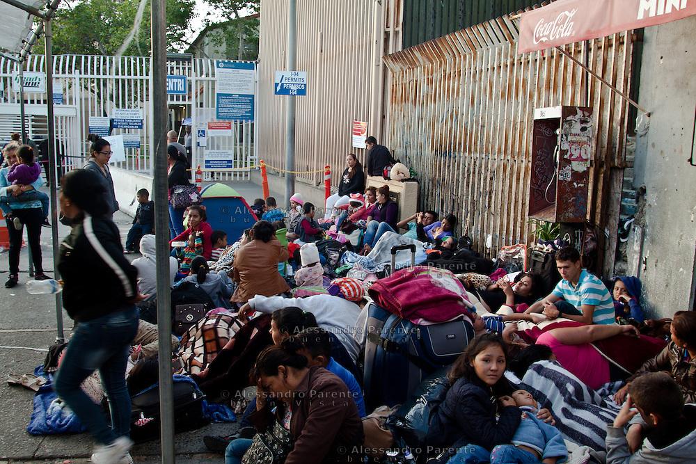 Folla di richiedenti asilo in attesa di passare negli USA con la speranza di essere accettati. Con la nuova presidenza Trump gli asili concessi sono stati ridotti del 70%, molti richiedenti rinunciano a chiedere asilo visto il gran numero di deportazioni effettuate negli ultimi giorni. Molti decideranno di restare a Tijuana.