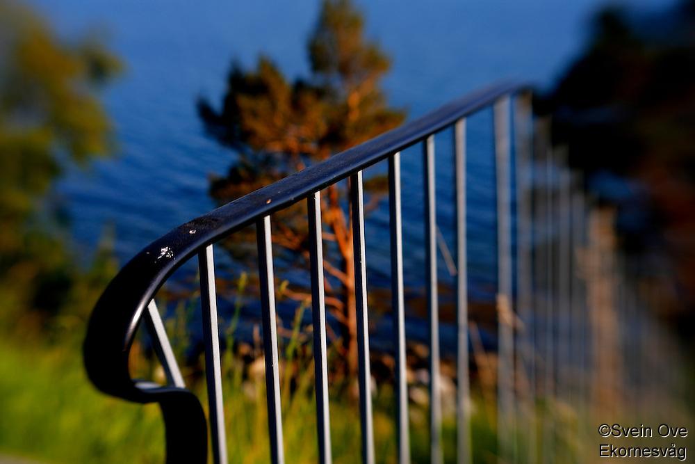Et metallrekkverk fotografert på Leitaneset på Ellingsøya i Ålesund kommune. <br /> <br /> Foto: Svein Ove Ekornesvåg