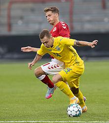 Oleksandr Nazarenko (Ukraine) og Carlo Holse (Danmark) under U21 EM2021 Kvalifikationskampen mellem Danmark og Ukraine den 4. september 2020 på Aalborg Stadion (Foto: Claus Birch).