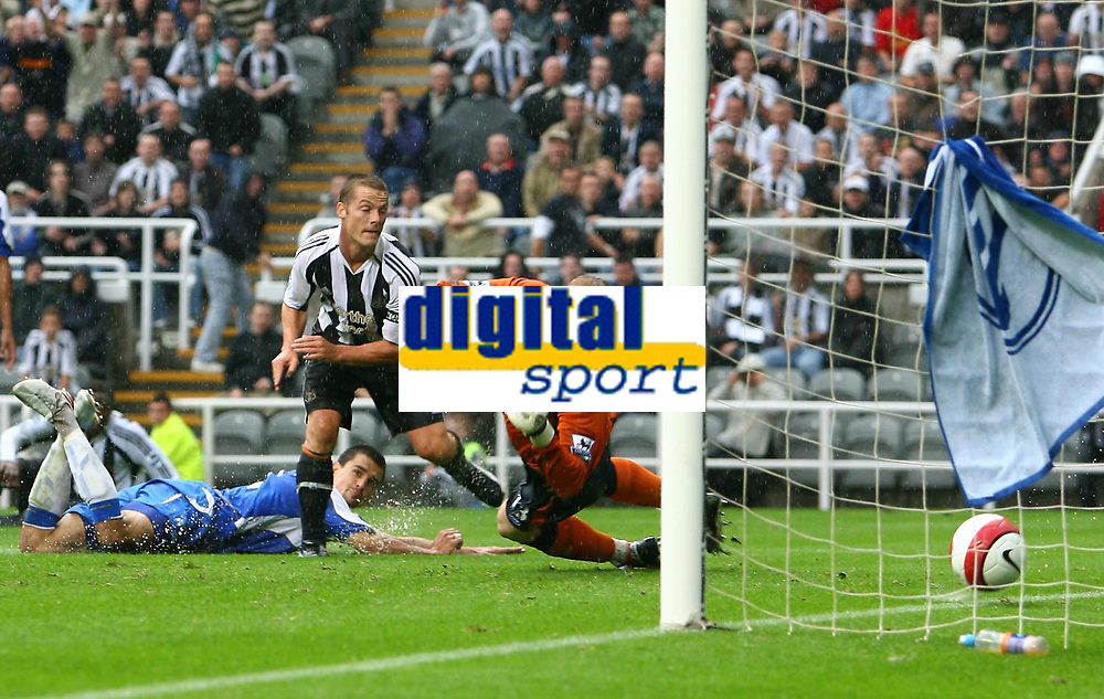 Photo: Andrew Unwin.<br />Newcastle United v Wigan Athletic. The Barclays Premiership. 19/08/2006.<br />Newcastle's Scott Parker (C) scores his team's first goal.