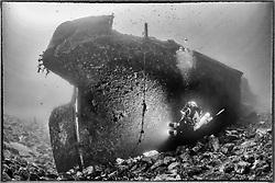 Schiffswrack HMAV Hellespont vom 2. Weltkrieg und Taucher, Schwarzweiss Aufnahme, Shipwreck HMAV Hellespont from 2nd Worldwar and Scuba diver, Black and white, Malta