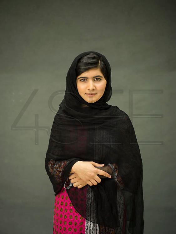 Malala Yousafzai, the Pakistani teenager who survived an assassination attempt by the Taliban, has won the Nobel Peace Prize 2014.<br /> <br /> Malala Yousafzai, a adolescente paquistanesa que sobreviveu a uma tentativa de assassinato pelos Talibans, ganhou o Prémio Nobel da Paz 2014.
