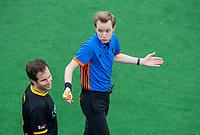 BLOEMENDAAL  - scheidsrechter Constantijn Schaap met Austin Smith (Den Bosch) tijdens de oefenwedstrijd Bloemendaal-Den Bosch (m) .  COPYRIGHT KOEN SUYK