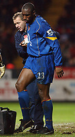 Fotball<br /> Premier League England 2004/2005<br /> Foto: SBI/Digitalsport<br /> 01.01.2005<br /> NORWAY ONLY<br /> <br /> Charlton Athletic v Arsenal<br /> <br /> Arsenal's Sol Campbell leaves the pitch with help from physio Gary Lewin after picking up an injury