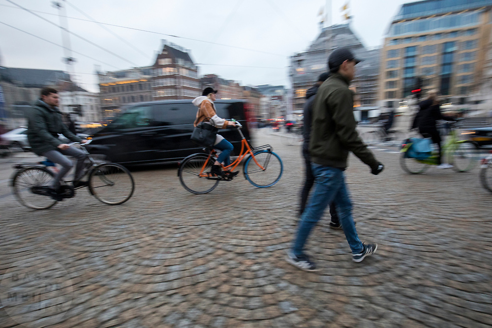 In Amsterdam rijden fietsers over de Dam.<br /> <br /> Cyclists ride at the Dam square in Amsterdam.