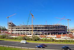 Obras de construção da Arena do Grêmio, localizada no bairro Humaitá, zona norte de Porto Alegre. De acordo com a Construtora OAS, responsável pelo empreendimento, o novo estádio tricolor será entregue em novembro deste ano e será utilizado como campo oficial de treino durante a Copa do Mundo de 2014. FOTO: Jefferson Bernardes/Preview.com