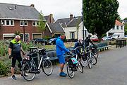 In Naarden-Vesting lopen toeristen met hun fiets.<br /> <br /> In Naarden-Vesting tourists walk their bikes.